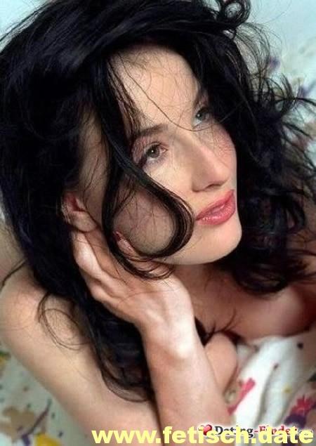 Frau, schwarze Haare gelockt, Brust, Nippel, Affäre