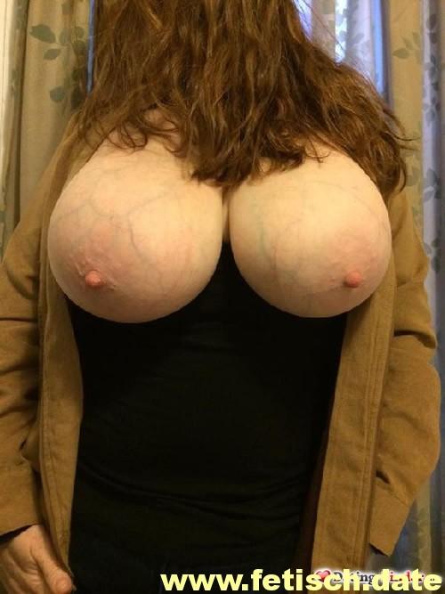 Frau, rote lange Haare, große Titten, Busen, Nippel