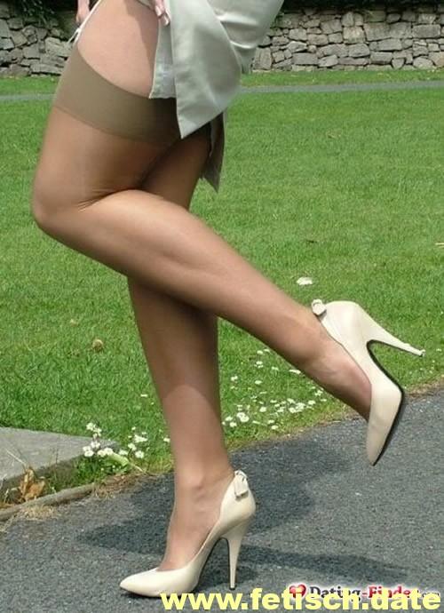 Frau, schlank, Beine Nylons, Strapse, High Heels
